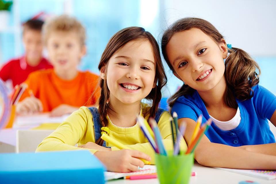 niños sonrientes por desempeño escolar