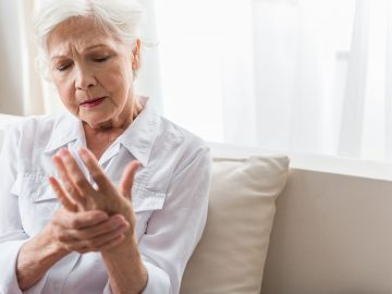 Mujer revisando sus manos