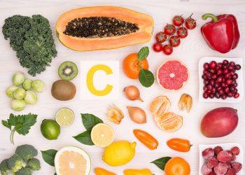 Frutas y verduras con una C en el centro