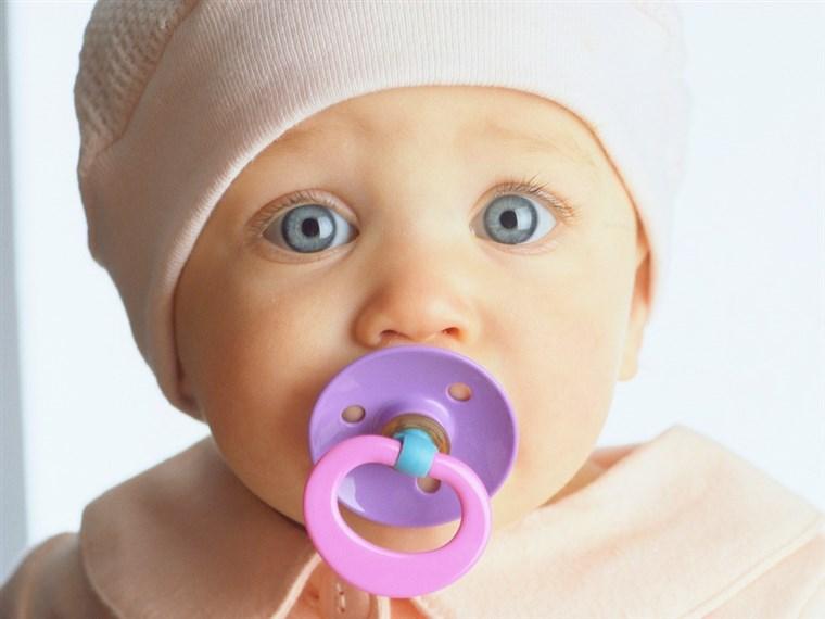 bebé ojo azul con chupón