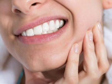 chica con dolor de dientes