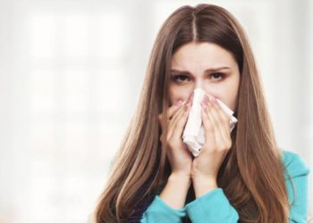 Chica con pañuelo en la nariz