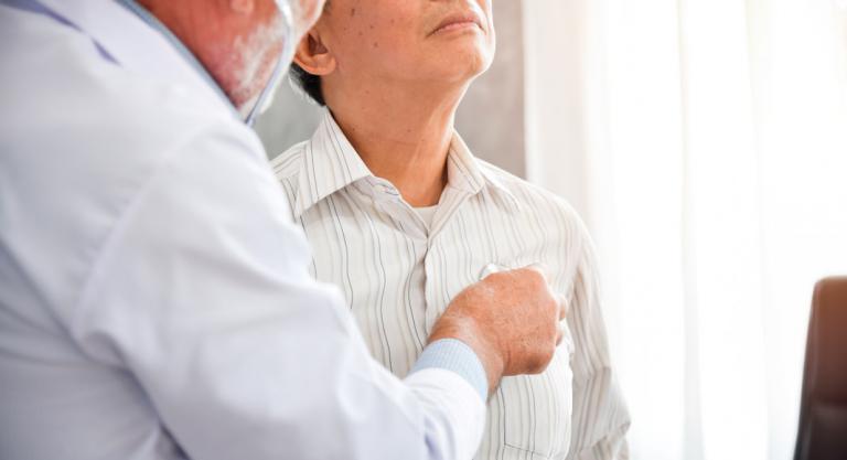 Doctor con paciente enfermo de neumonía