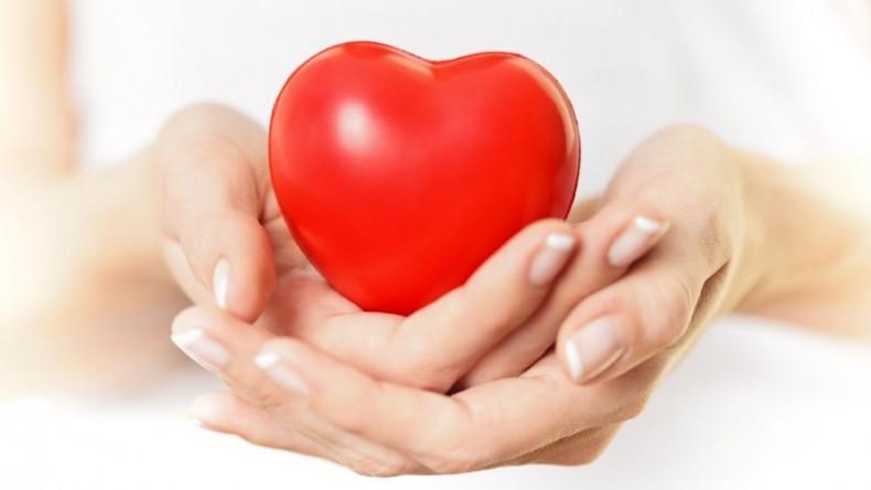 Mujer con corazón en la mano
