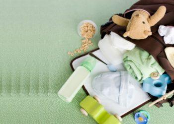 Cosas de bebé en una pañalera