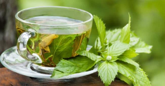 Té verde en taza de vidrio