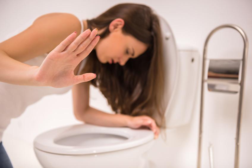Chica tratando de no vomitar