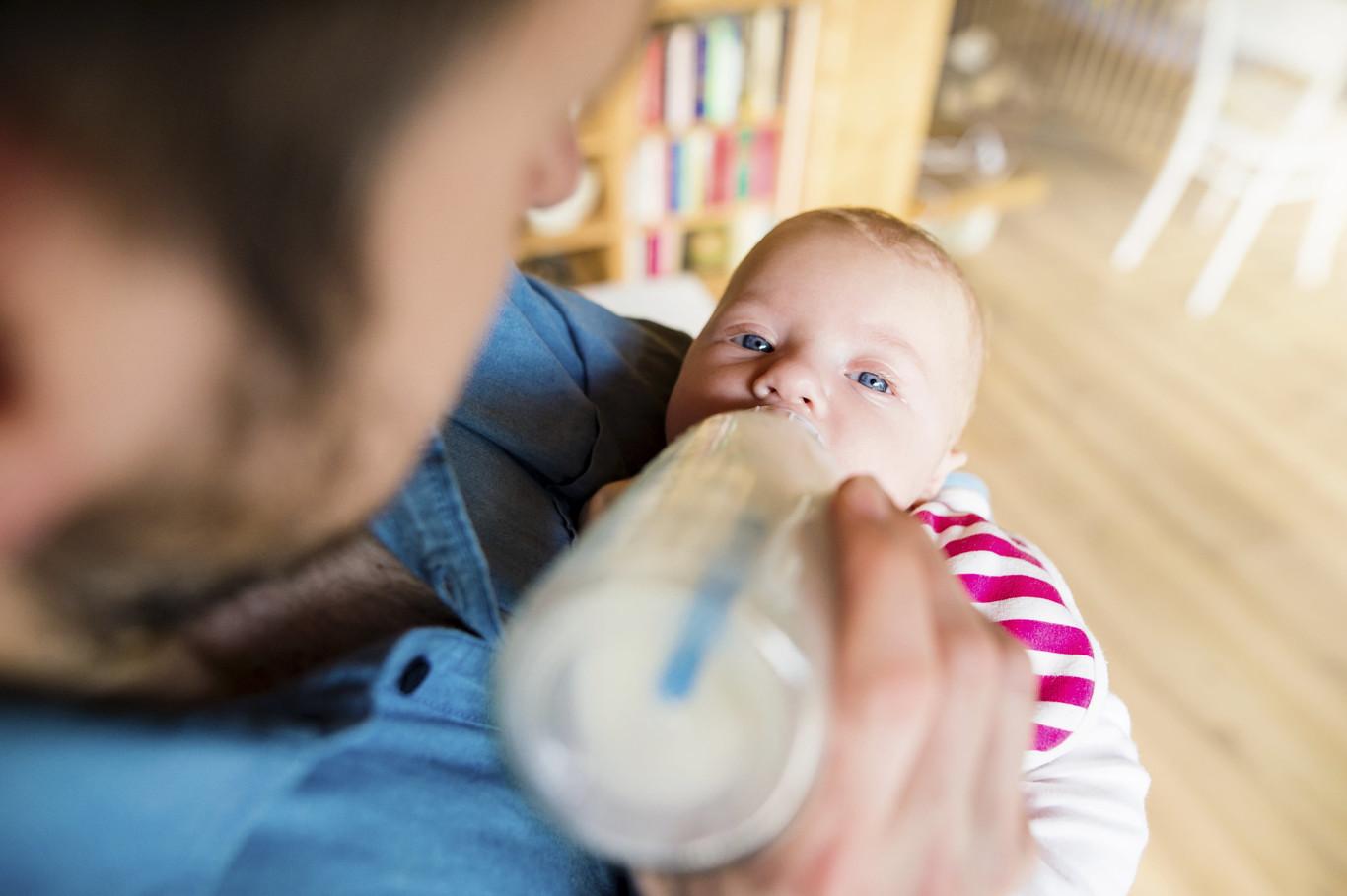 Bebé tomando leche