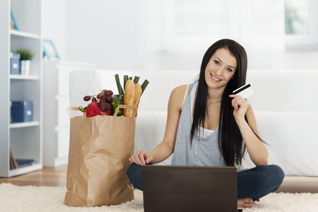 Chica haciendo el súper en línea