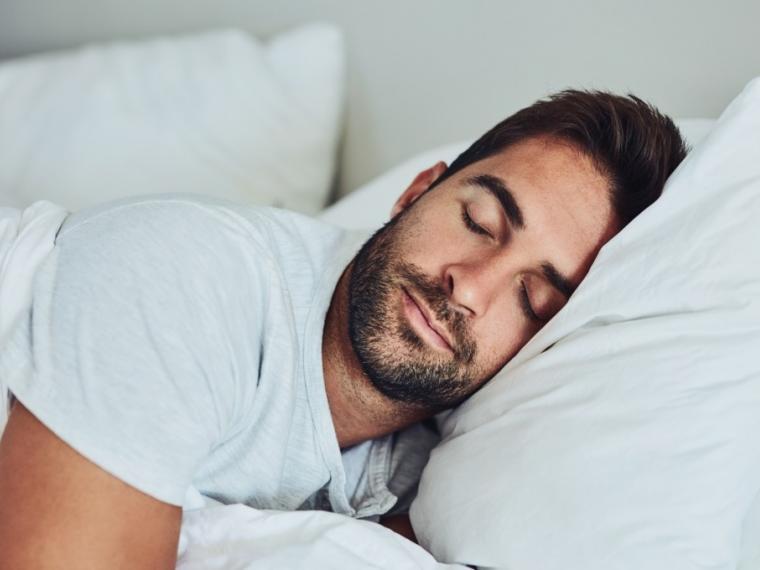 Chico dormido en su cama