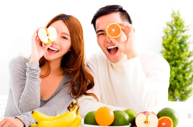 Pareja comiendo sano