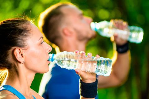 Pareja tomando agua