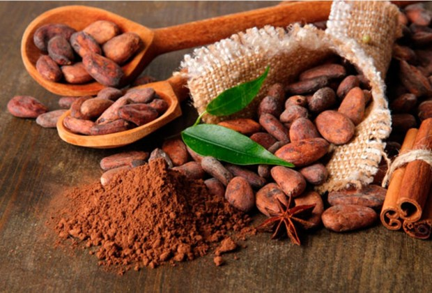 Chocolate y cacao en una mesa de madera