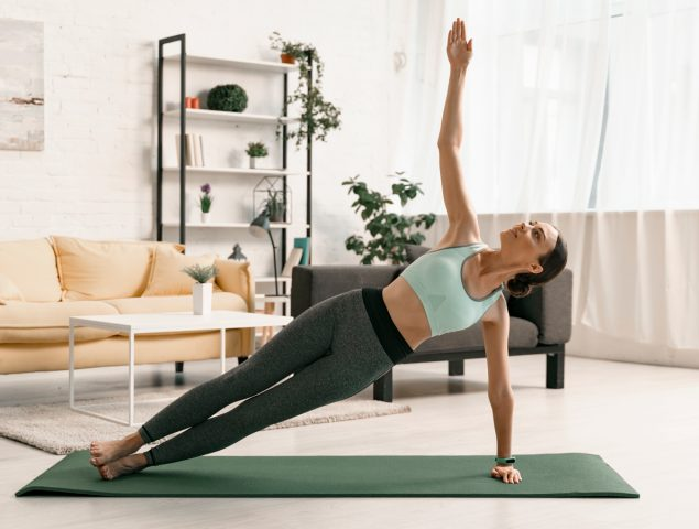 Chica instructora de yoga