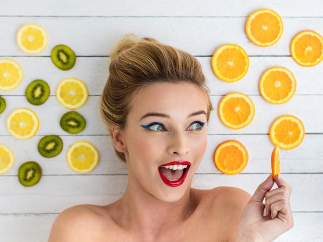 Chica con frutas cítricas