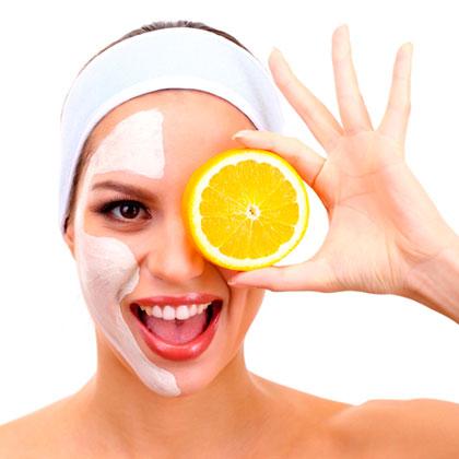 Chica con mascarilla de naranja
