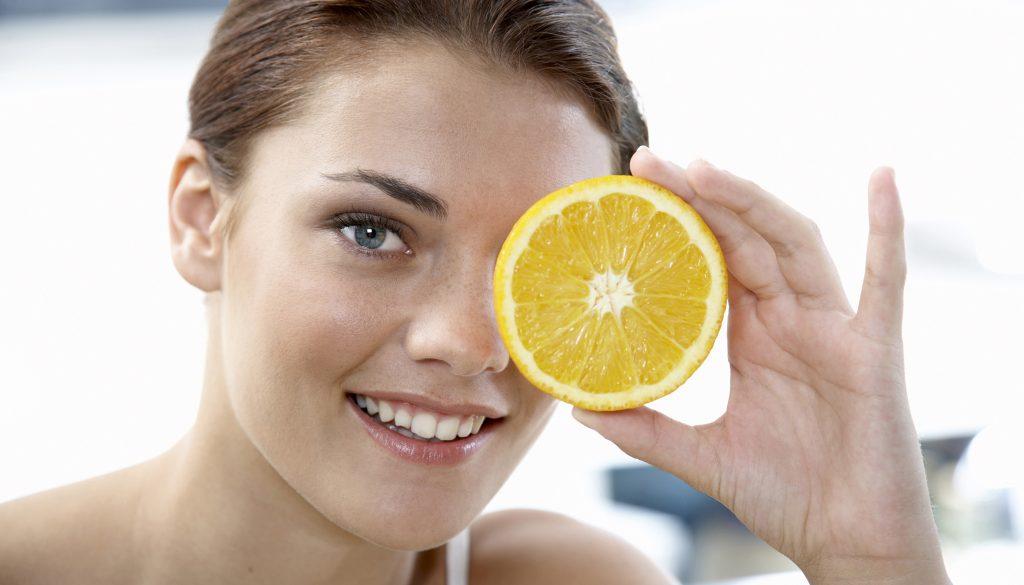 Chica con rodaja de naranja