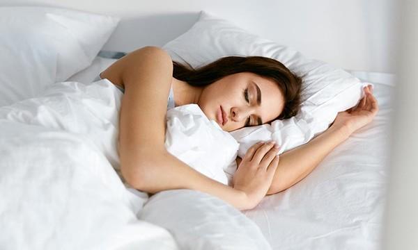 Mujer durmiendo bien