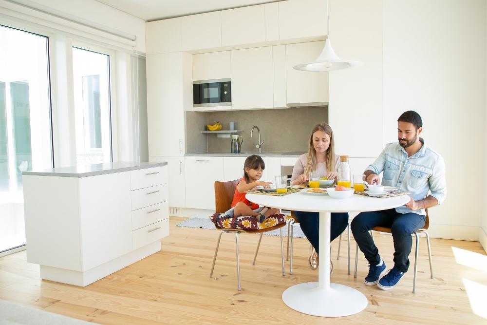 familia desayunando en casa