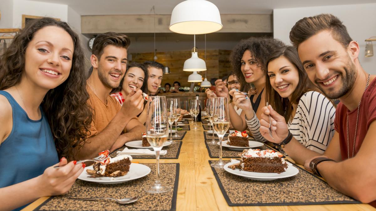grupo de amigos disfrutando su comida preferida