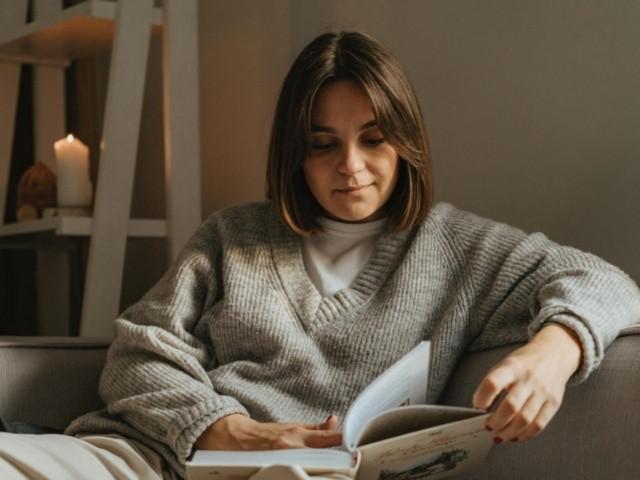 mujer disfrutando de su lectura por la tarde