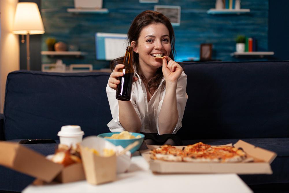 mujer disfrutando su comida a domicilio