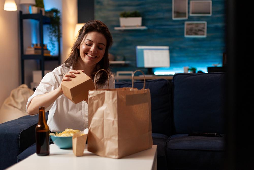 mujer feliz con su entrega de comida a domicilio