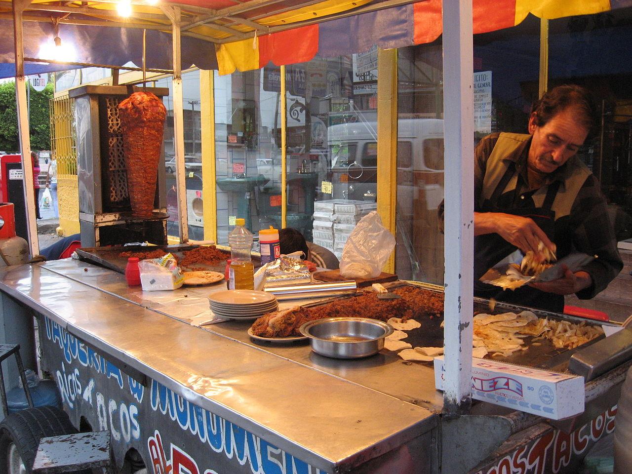 puesto de comida callejera con tacos